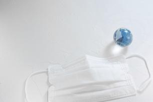 マスクと地球。新型コロナウイルス(COVID-19)や感染症の予防対策イメージ。の写真素材 [FYI04788612]