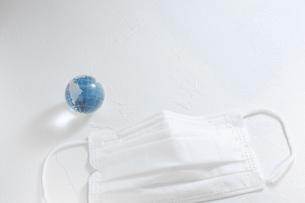 マスクと地球。新型コロナウイルス(COVID-19)や感染症の予防対策イメージ。の写真素材 [FYI04788613]