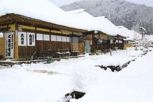 降雪の大内宿の写真素材 [FYI04788759]