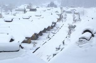 降雪の大内宿の写真素材 [FYI04788763]