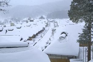 降雪の大内宿の写真素材 [FYI04788765]