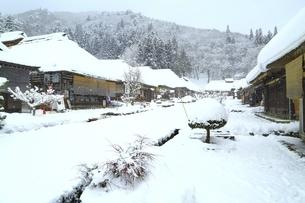 降雪の大内宿の写真素材 [FYI04788773]