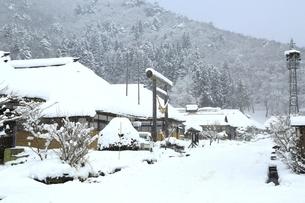降雪の大内宿の写真素材 [FYI04788774]