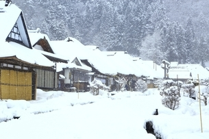 降雪の大内宿の写真素材 [FYI04788776]