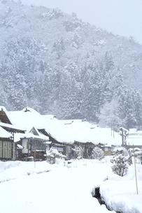 降雪の大内宿の写真素材 [FYI04788778]
