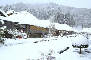 降雪の大内宿の写真素材 [FYI04788781]