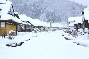 降雪の大内宿の写真素材 [FYI04788782]