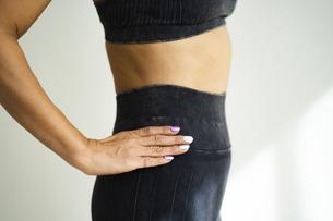 スポーツウェア姿の女性の身体の写真素材 [FYI04788805]