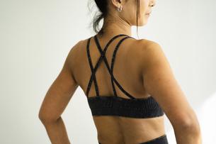 スポーツウェアを着た女性の後ろ姿の写真素材 [FYI04788807]