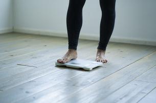 体重計に乗る女性の足元の写真素材 [FYI04788808]