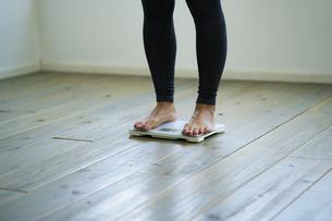体重計に乗る女性の足元の写真素材 [FYI04788809]