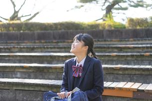公園でくつろぐ女子学生の写真素材 [FYI04788927]