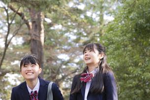 笑顔の女子学生2人の写真素材 [FYI04788951]