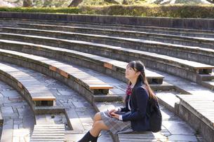 公園でくつろぐ女子学生の写真素材 [FYI04788955]
