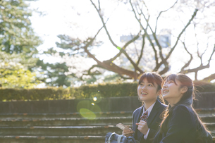 女子学生2人の写真素材 [FYI04788956]
