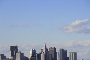 麻布十番から見える新宿副都心方面の高層ビル群の写真素材 [FYI04788972]