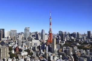麻布十番から見える東京タワーと港区の高層ビル群の写真素材 [FYI04788987]