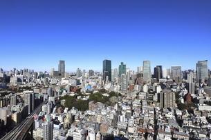 麻布十番から見える虎ノ門から六本木方面の高層ビル群の写真素材 [FYI04788989]