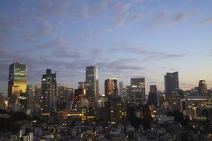 麻布十番から見える虎ノ門から六本木方面の高層ビル群の写真素材 [FYI04788992]