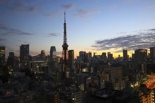 麻布十番から見える東京タワーと港区の高層ビル群の写真素材 [FYI04788993]