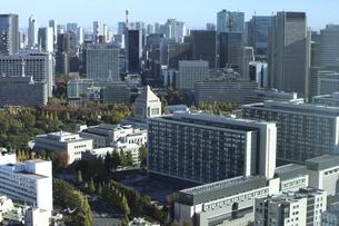 東京紀尾井町から見える国会議事堂方面の高層ビル群の写真素材 [FYI04788999]