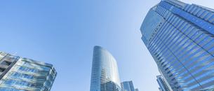 東京のビジネスビルと青空の写真素材 [FYI04789318]