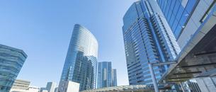 東京のビジネスビルと青空の写真素材 [FYI04789320]