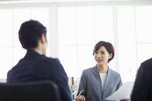 複数でミーティングをする女性の写真素材 [FYI04789336]