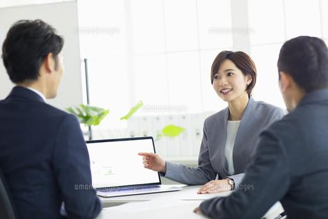 複数でミーティングをする女性の写真素材 [FYI04789337]