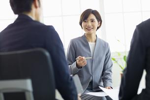 複数でミーティングをする女性の写真素材 [FYI04789339]