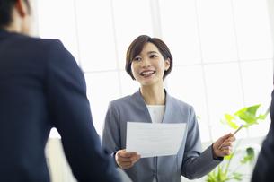 複数でミーティングをする女性の写真素材 [FYI04789340]