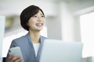 デスクで笑顔の女性の写真素材 [FYI04789356]