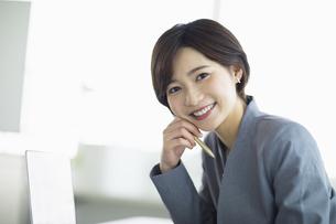 ビジネスオフィスで笑顔の女性の写真素材 [FYI04789357]