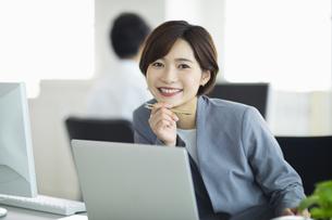 ビジネスオフィスで笑顔の女性の写真素材 [FYI04789360]