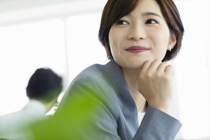 ビジネスオフィスで笑顔の女性の写真素材 [FYI04789361]
