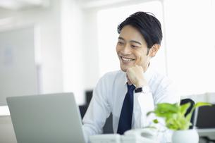 ビジネスオフィスでパソコンに向き合う男性の写真素材 [FYI04789363]