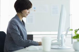 デスクで仕事をする女性の写真素材 [FYI04789371]
