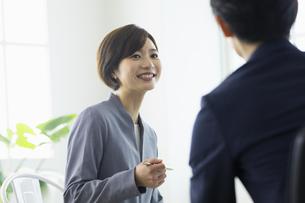 向かい合わせ会話する女性の写真素材 [FYI04789375]
