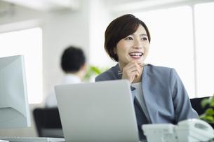 デスクで笑顔の女性の写真素材 [FYI04789377]