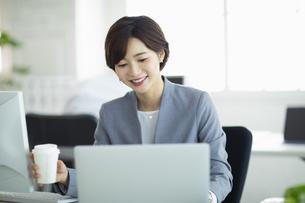 デスクで仕事をする女性の写真素材 [FYI04789381]