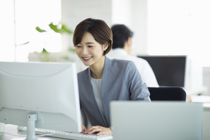 デスクで仕事をする女性の写真素材 [FYI04789382]