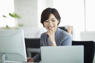 デスクで仕事をする女性の写真素材 [FYI04789383]