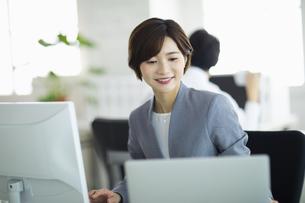 デスクで仕事をする女性の写真素材 [FYI04789384]