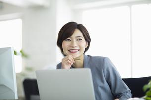 デスクで仕事をする女性の写真素材 [FYI04789385]