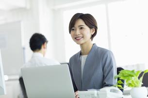 デスクで仕事をする女性の写真素材 [FYI04789386]