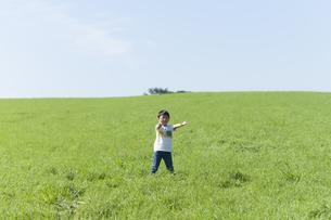 草原でボール遊びをする子供の写真素材 [FYI04789417]