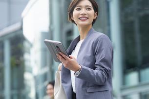 タブレット持ったビジネススーツの女性の写真素材 [FYI04789457]