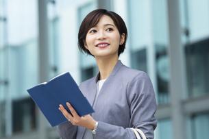 手帳を持ったビジネススーツの女性の写真素材 [FYI04789468]