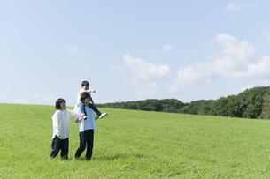 草原を歩くファミリーの写真素材 [FYI04789469]