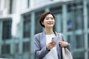 スマートフォンを操作する女性の写真素材 [FYI04789488]